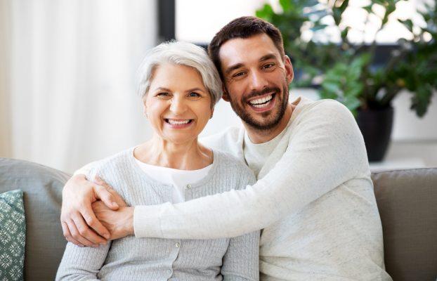 Mama en zoon die elkaar omhelzen en lachen