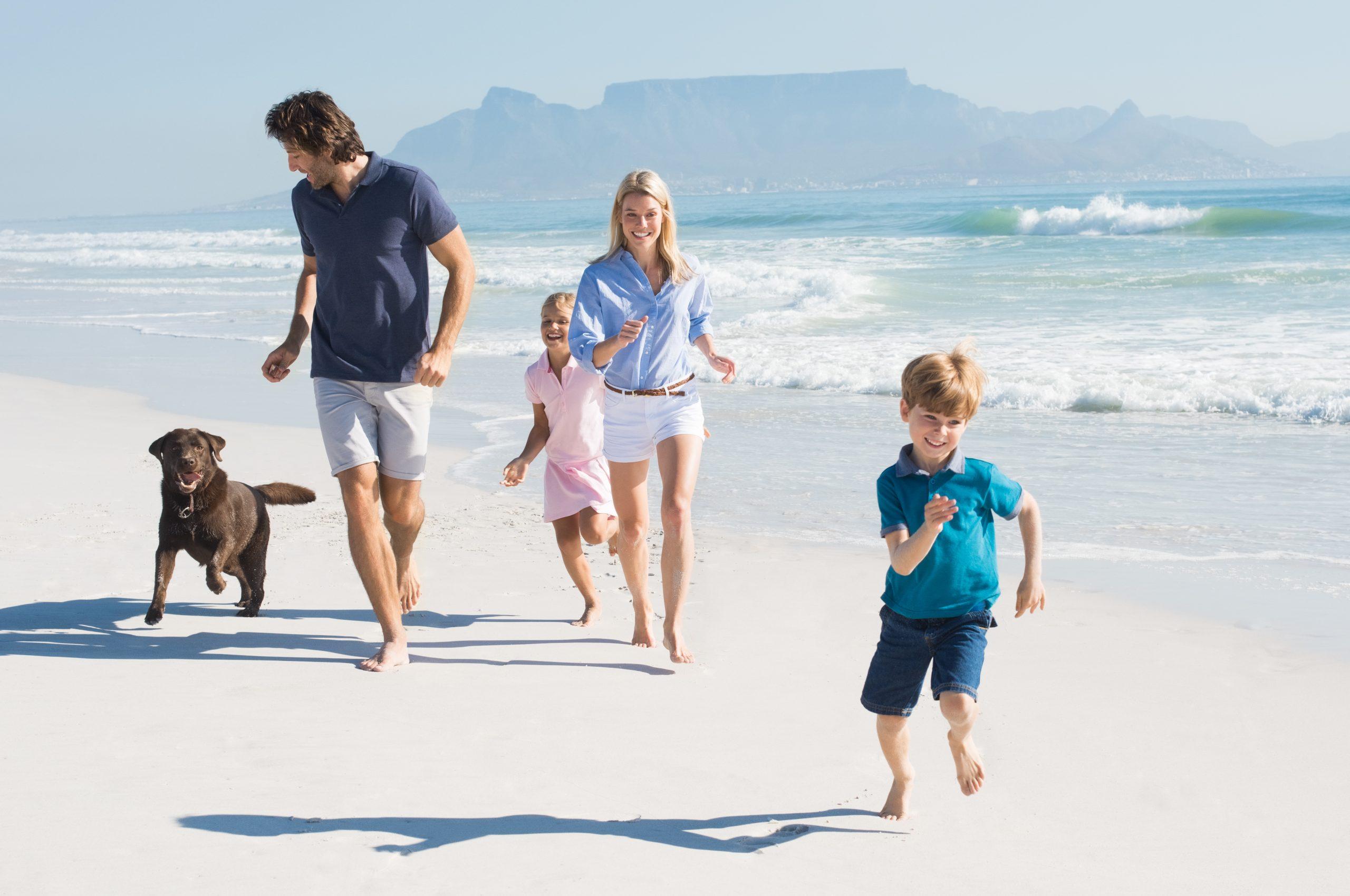 familie loopt op strand